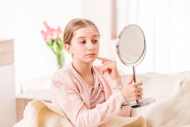 鏡を見て水痘の女の子