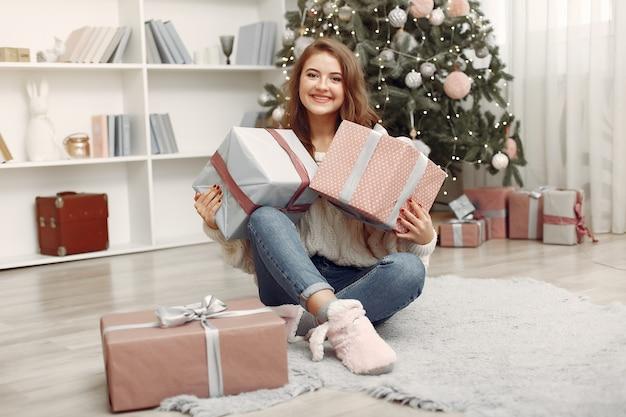 クリスマスボックスを持つ少女。家にいる女性。休日の準備をしているラドゥー。