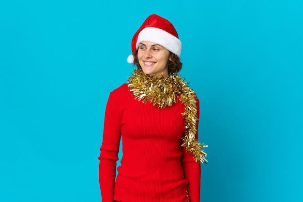 파란색 배경에 크리스마스 모자 소녀