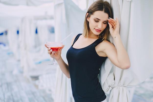 女の子とカクテル