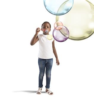カラフルなシャボン玉を持つ少女