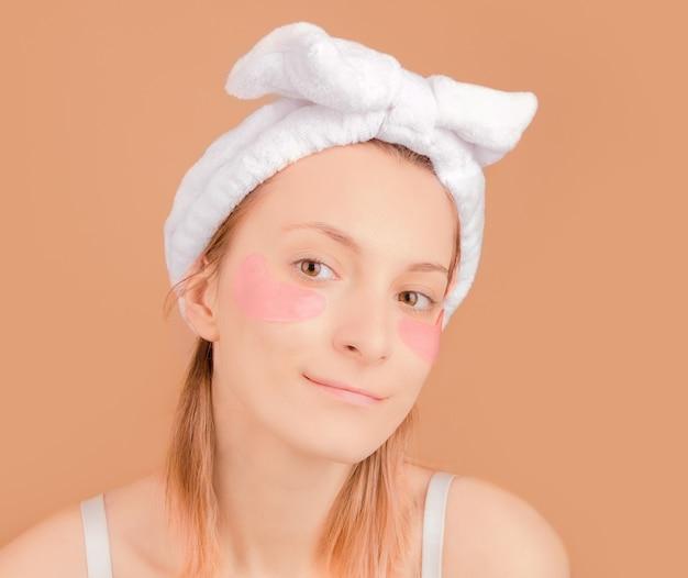 Девушка с косметическими пятнами под глазами от усталости.