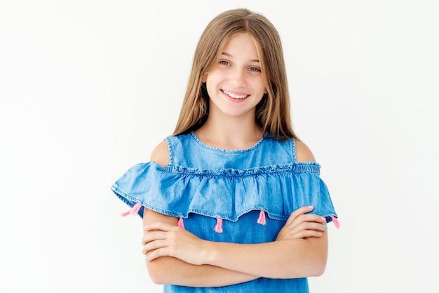 白で隔離される組んだ腕を持つ少女