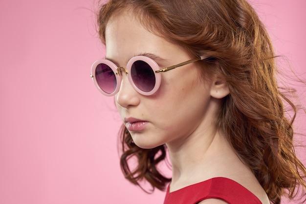 巻き毛の女の子暗い丸いメガネ楽しい赤いドレスピンク