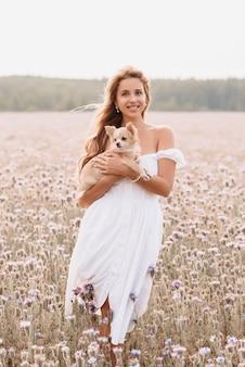 필드에 여름에 야외에서 귀여운 강아지 긴 머리 치와와 소녀