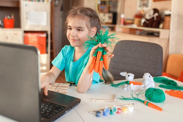 イースターオンラインで家族に挨拶する木製の服のピンとdiyニンジンを持つ少女、ゼロ無駄の休日