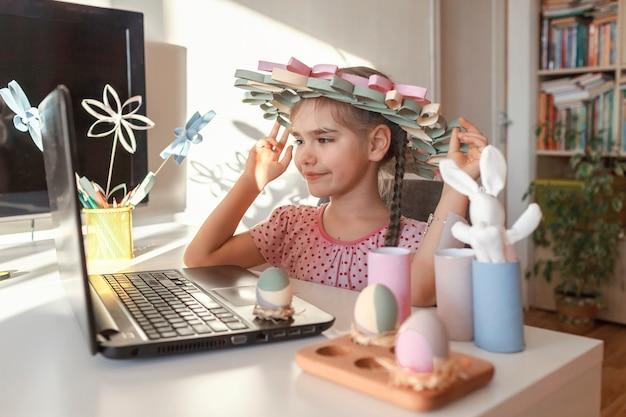 Diyの花、花輪、オンラインで春休みの家族に挨拶する卵を持つ少女、ゼロウェイストを食べる