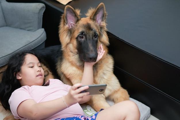 Девушка с собакой в комнате