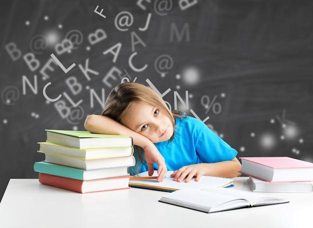 학교에서 난독증 또는 난독증이 있는 소녀 - 이미지
