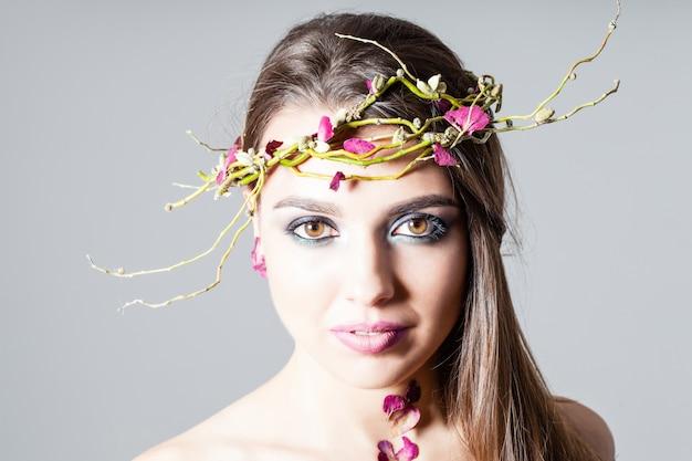 패션 메이크업과 마른 장미 꽃잎 자연 문신 소녀
