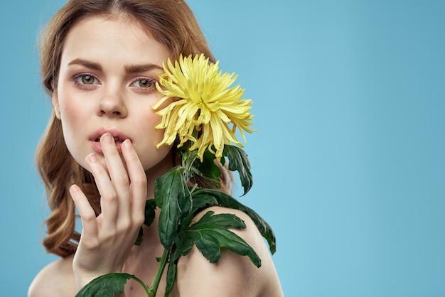 꽃을 가진 소녀 자른보기 초상화 근접 봄 벌거 벗은 어깨 맑은 피부 메이크업