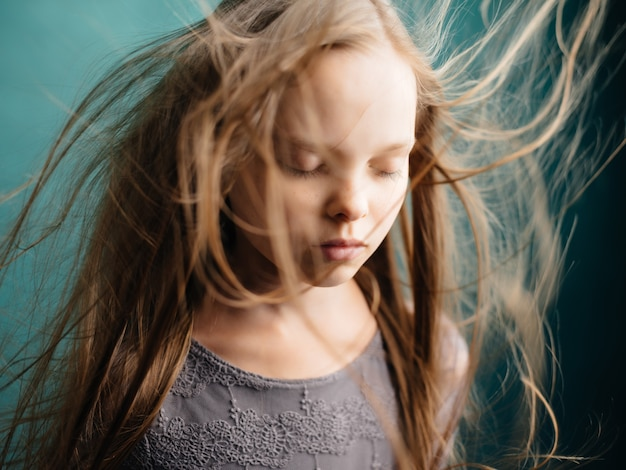 근접 녹색 배경 포즈 흐르는 머리를 가진 소녀입니다. 고품질 사진