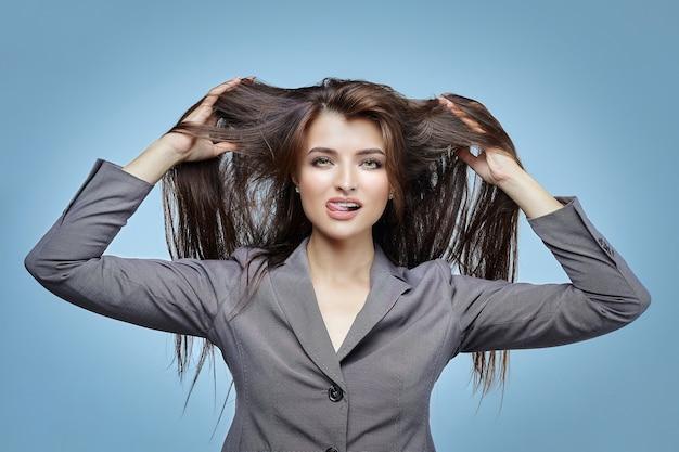 Девушка с развевающимися волосами позирует