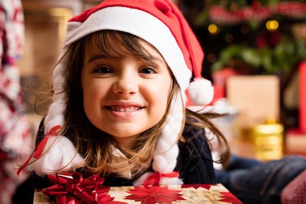 Ragazza con un regalo e un grande sorriso