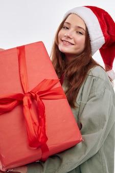 Девушка с концом-вверх радости студии подарочной коробки новый год. фото высокого качества