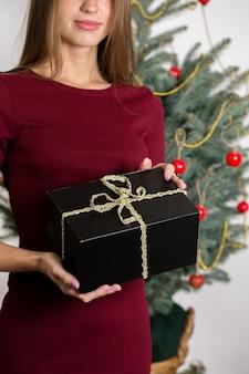 크리스마스 트리 배경 선물 소녀