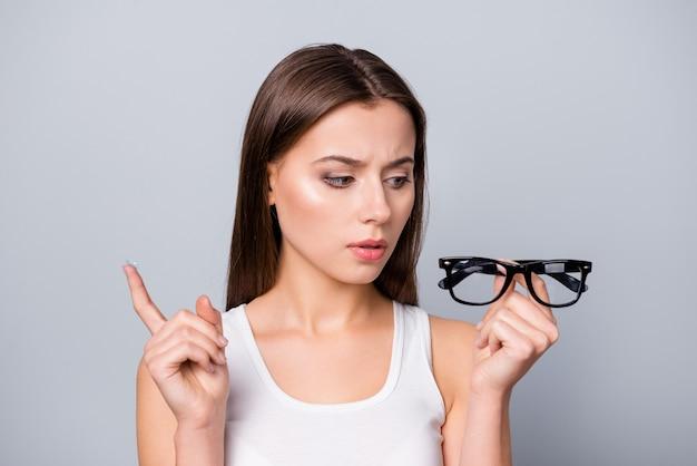 회색에 고립 된 손에 안경 소녀