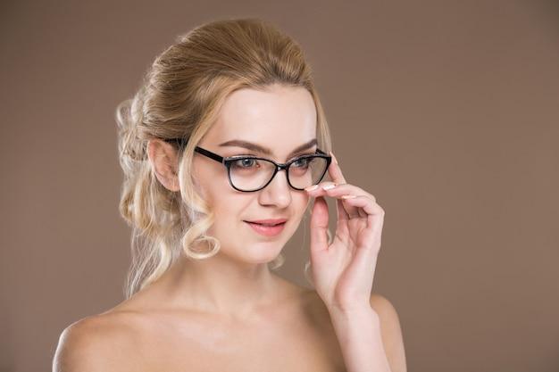 Девушка в очках с рукой возле лица