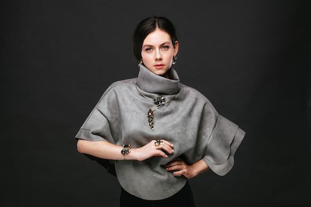 Девушка с украшениями ручной работы на темном фоне