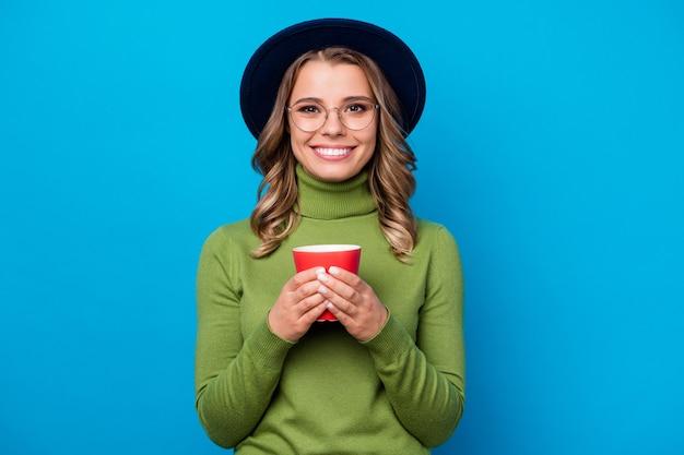 모자와 안경 블루에 고립 된 컵을 들고 소녀