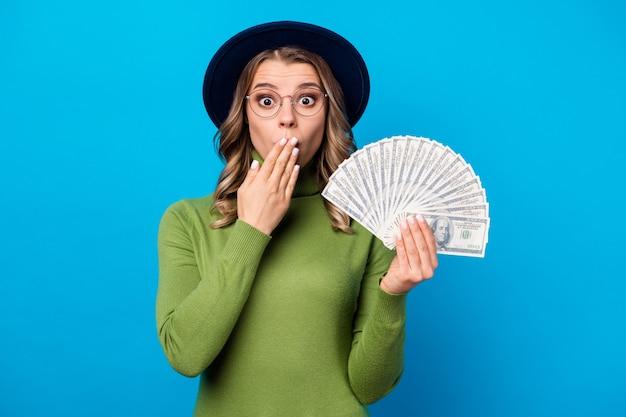 모자와 돈의 팬을 들고 안경 소녀