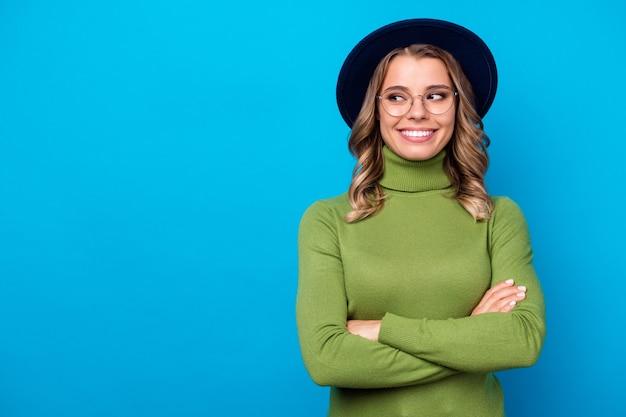 Девушка в шляпе и очках изолирована на синем