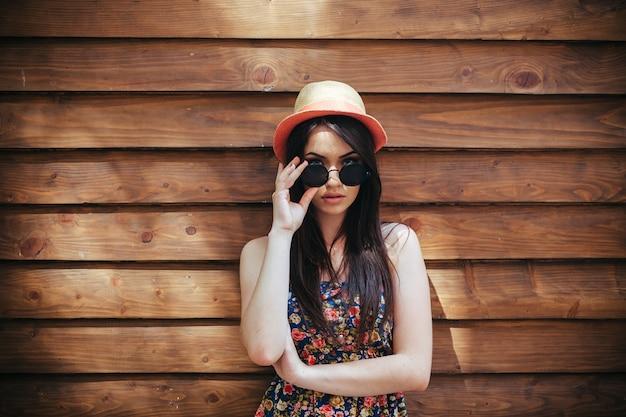帽子とサングラスを持つ少女