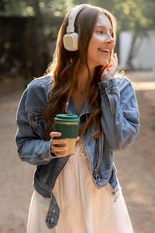 音楽を聞くヘッドフォンを持つ少女