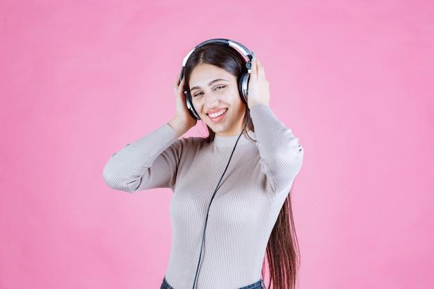 음악을 듣고 행복감을 느끼는 헤드폰 소녀