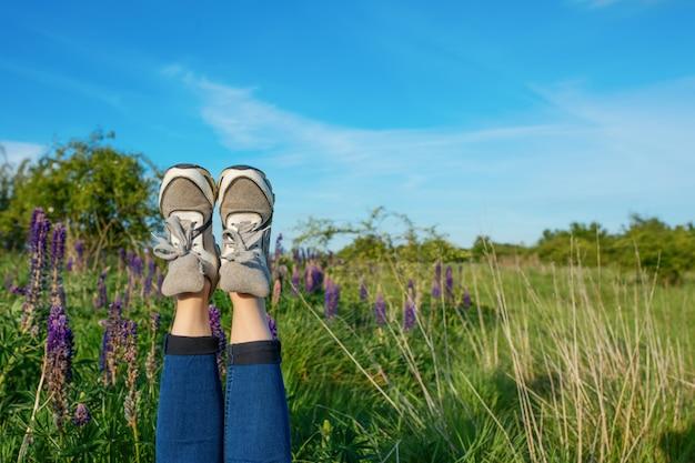 フィールドに彼女の足を持つ少女