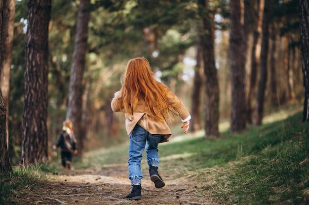 숲에서 그녀의 동생과 함께 소녀