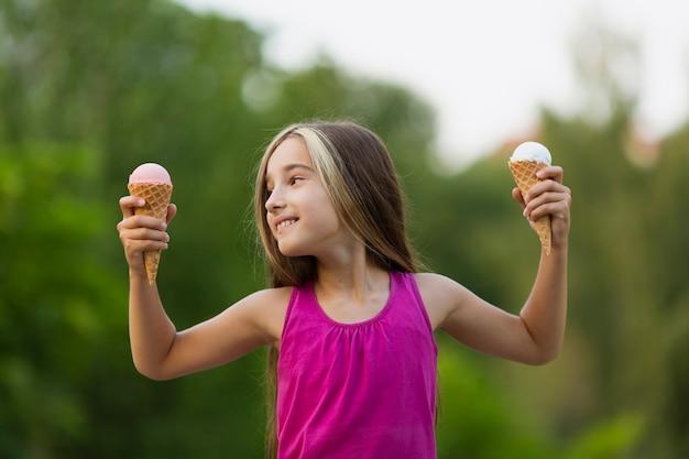 Девушка с мороженым в парке