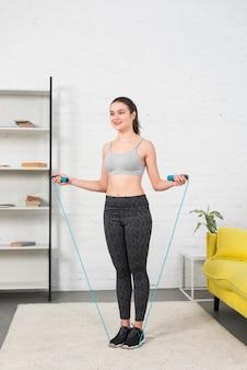 ジャンプするロープを持つ少女