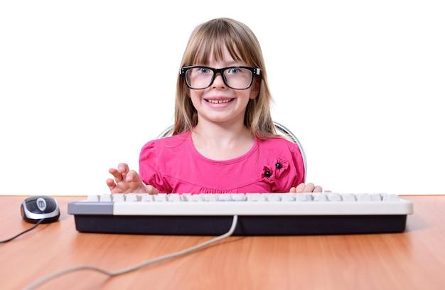 白い背景で隔離のキーボードを持つ少女。