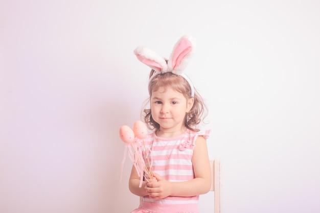 부활절 사냥을 위한 작은 분홍색 알을 가진 소녀