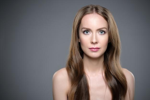 Девушка с длинными и блестящими волосами. красивая модельная женщина с хорошей прической