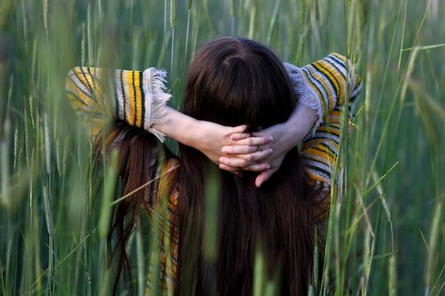美しい野生の花の中で長い髪の少女