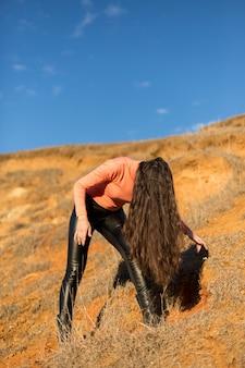 春の長い髪の少女、山で踊る少女、ヘビーメタルロック