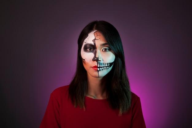 Девушка с макияжем и маской для хэллоуина