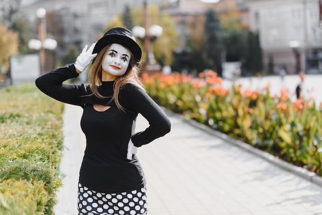 The girl with makeup of the mime.