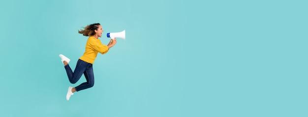Девушка с мегафоном прыгает и кричит