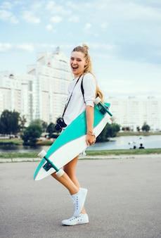 開いた口を持つ少女とスケートボード