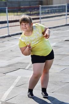 미소 포즈와 스포츠웨어에 체중과 소녀
