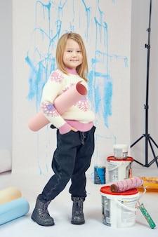 ペンキのバケツと道具を持つ少女