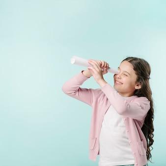Девушка с бумажным телескопом