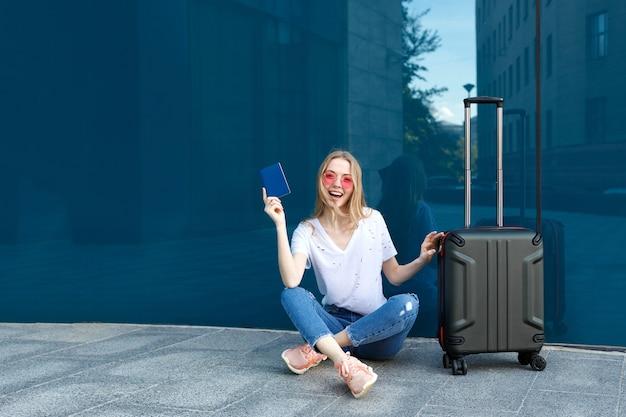 여권 및 수하물 파란색 배경에 분홍색 안경 소녀