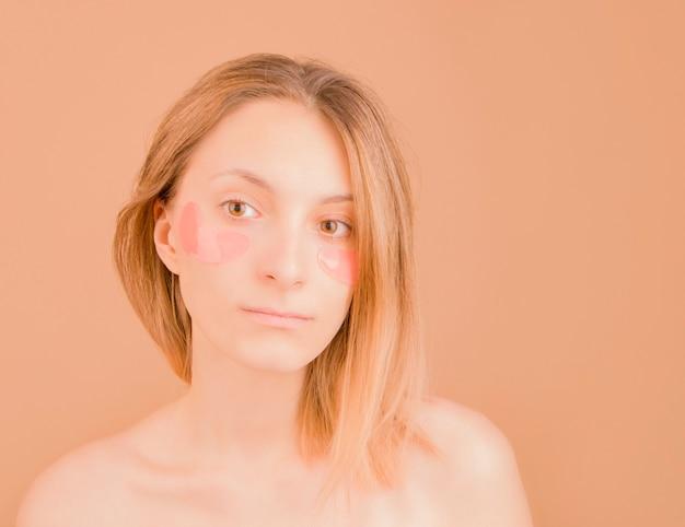Девушка с пятнами под глазами