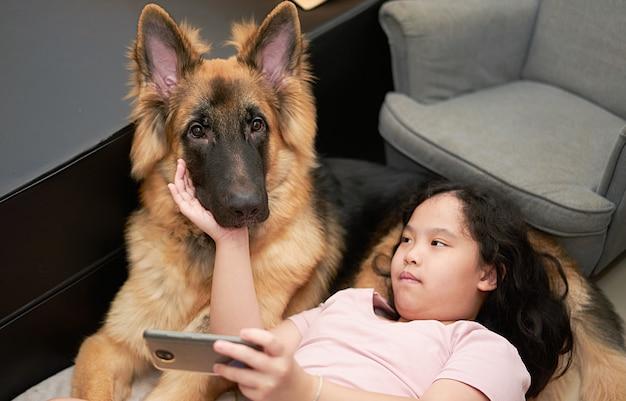 Девушка с собакой в доме