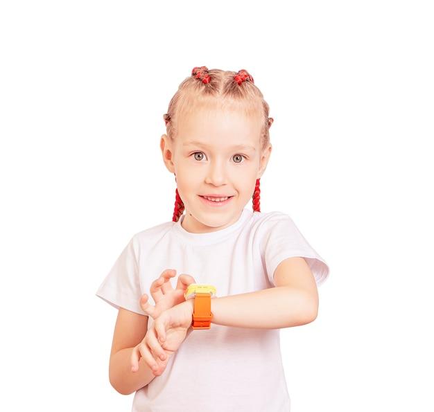 그녀의 손목에 스마트 시계와 땋은 소녀