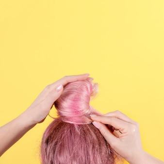 ピンクの髪とお団子の髪型の女の子。